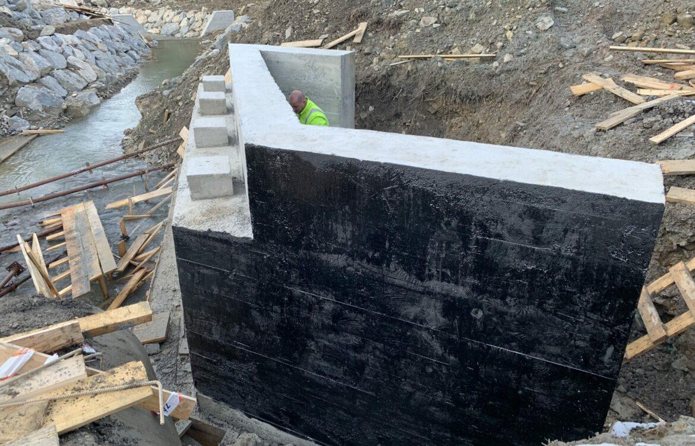 Výstavba bezpečnostných prelivov, kamenných stien, vypúšťacích objektov